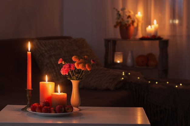 Herfstdecoraties met brandende kaarsen in huis