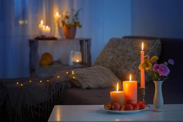 Herfstdecoraties met brandende kaarsen thuis