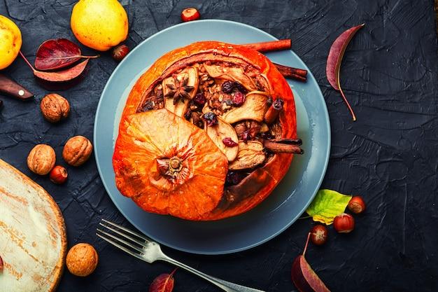 Herfstdessert, pompoen gevuld met gedroogd fruit