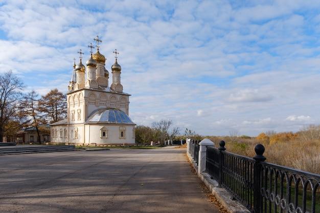 Herfstlandschap met uitzicht op de orthodoxe kerken