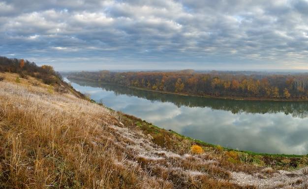 Herfstlandschap op de heuvels van de rivier de don. uitzicht op de vijver op een achtergrond van bewolkte hemel..