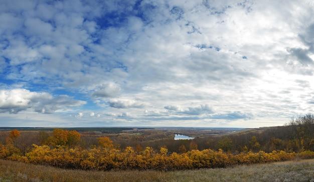 Herfstlandschap op de heuvels van de rivier de don. uitzicht op de vijver op een achtergrond van bewolkte hemel.