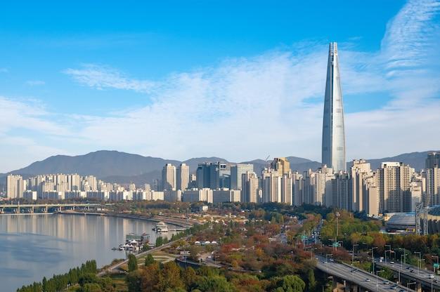 Herfstlandschap van de han-rivier in seoul, zuid-korea in 2020.