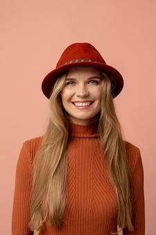 Herfstmens met mooie hoed