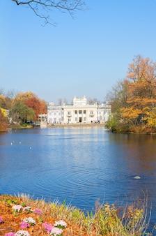 Herfstpark met palace over water, lazienki, warschau, polen