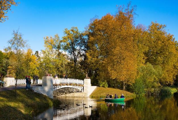 Herfstpark, slavyanka-rivier en gietijzeren brug in zonnige dag. pavlovsk. st. petersburg.