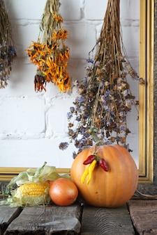 Herfstpompoenen en andere groenten op een houten thanksgiving-tafel,