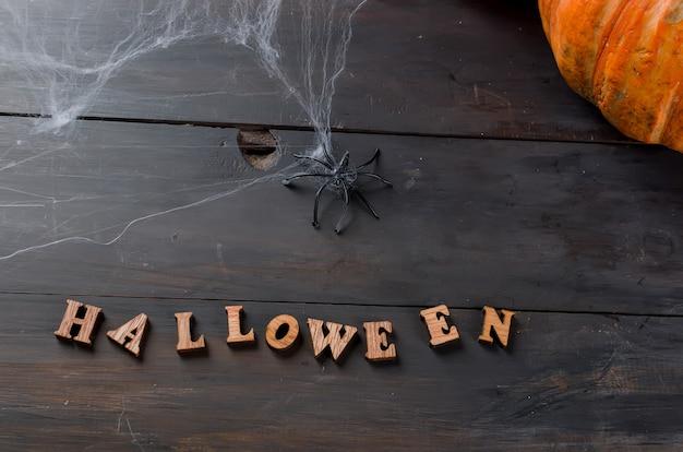 Herfstpompoenen, web en spin in zwart