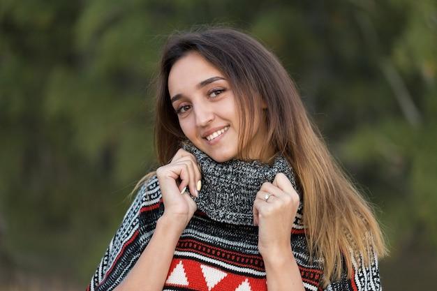 Herfstportret van een meisje in etnische trui