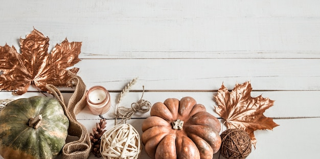 Herfstsamenstelling met decoratieve voorwerpen en pompoenen