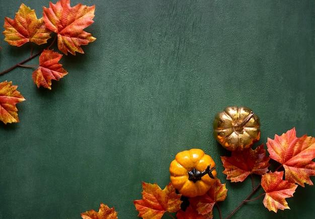 Herfstsamenstelling van herfstbladeren, minipompoenen met vrije exemplaarruimte voor tekst
