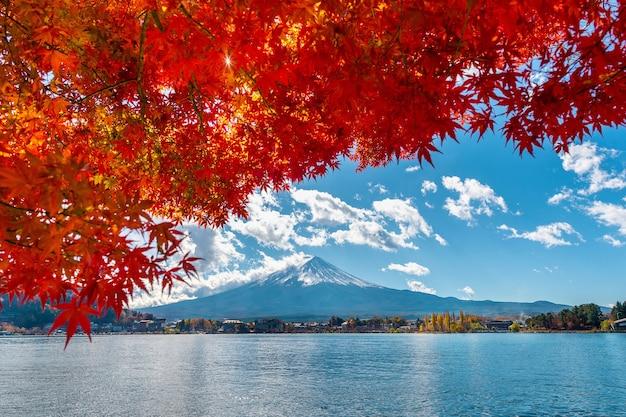 Herfstseizoen en fuji-berg bij kawaguchiko-meer, japan.