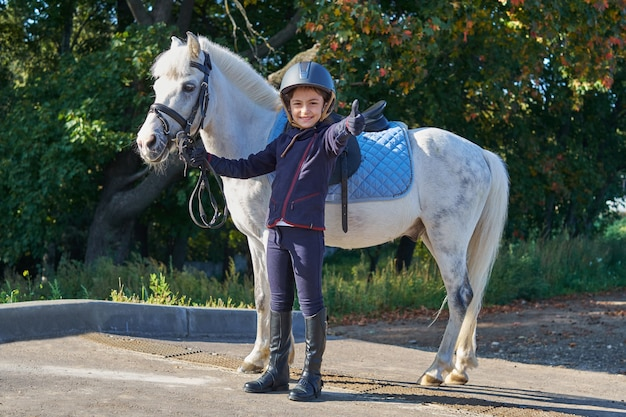 Herfstseizoen jong meisje en paard