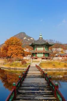 Herfstseizoen van gyeongbokgung-paleis in seoel, zuid-korea.