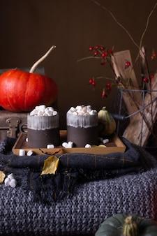 Herfststilleven met pompoenen en kaarsen