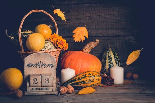 Herfststilleven met pompoenen en vallende bladeren. thanksgiving concept, kopie ruimte