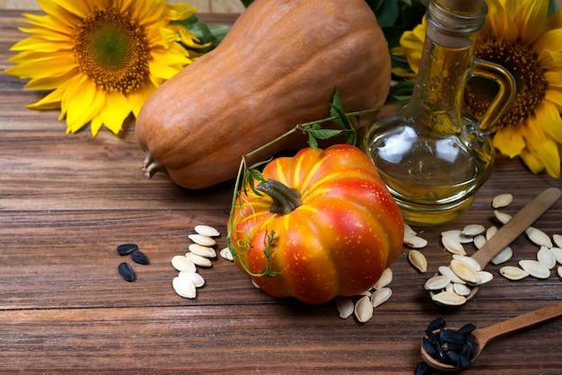Herfststilleven met pompoenen, olie en zonnebloemen