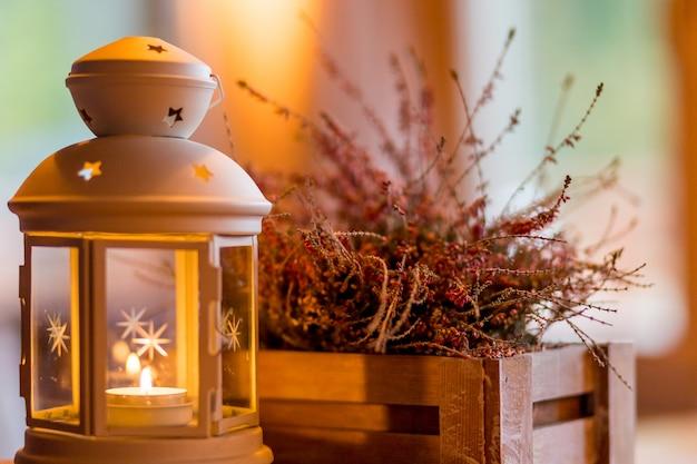 Herfstterras. seizoensgebonden huis, tuin herfst decoratie met heide bloem. witte lantaarn en heidevelden in witte houten kist. brandende kaars