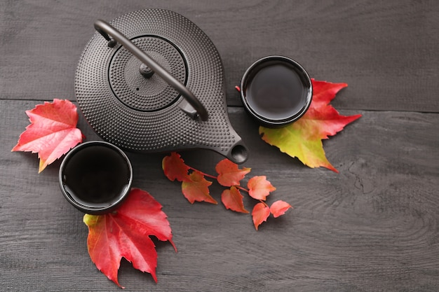 Herfstthee in minimalistische stijl. herfstseizoen. herfst tijd