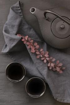 Herfstthee in minimalistische stijl. zwarte theepot in aziatische stijl