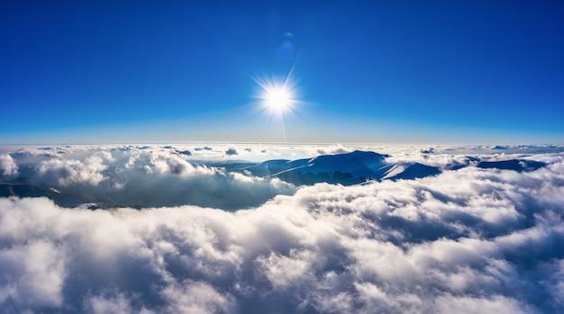 Herfstvlucht door de blauwe lucht in de karpaten in de herfst, panoramische drone-opname vanuit de lucht