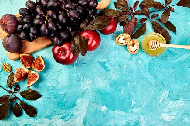 Herfstvoedselstilleven met seizoensfruitdruif, rode appels en vijgen.