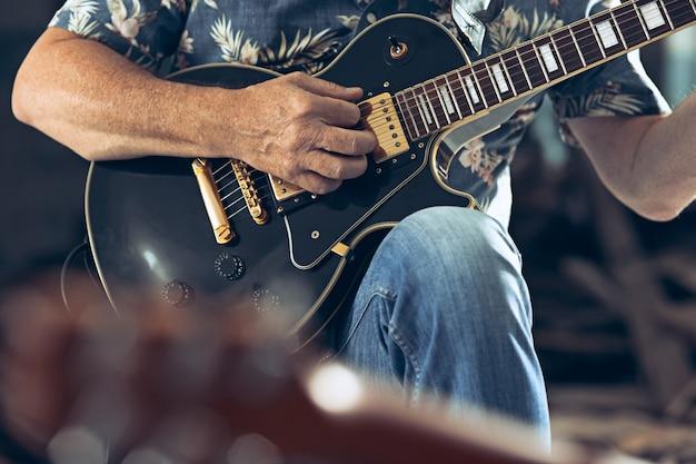 Herhaling van rockmuziekband. elektrische gitarist en drummer achter het drumstel.