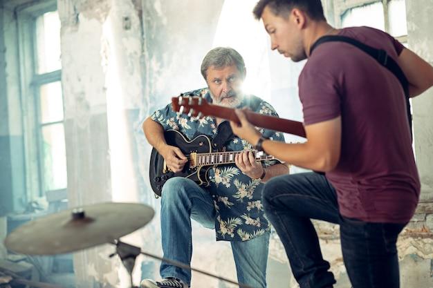Herhaling van rockmuziekband. elektrische gitaristen