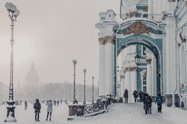 Hermitage museum tijdens winterweer, winterpaleis in sint-petersburg