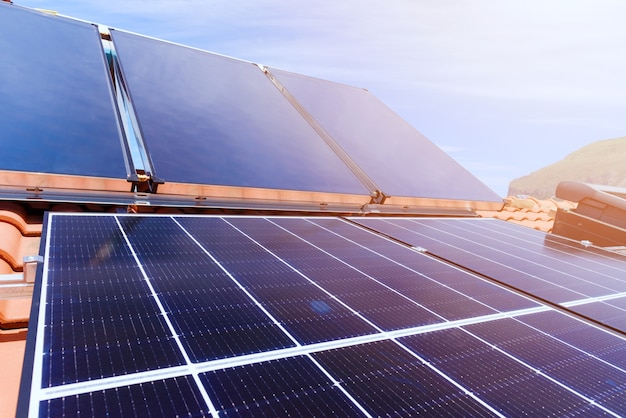 Hernieuwbaar energiesysteem met zonnepaneel voor elektriciteit en warm water