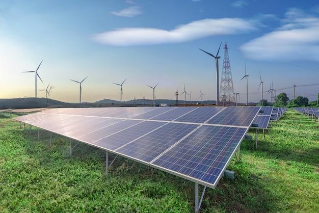 Hernieuwbare energie, zonnepanelen en windturbines op groen gras in blauwe hemel