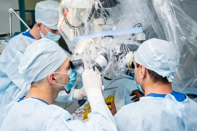 Hersenoperatie. groep van chirurgen in operatiekamer met chirurgische apparatuur.