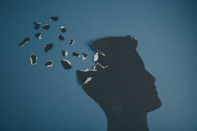 Hersenstoornis symbool gepresenteerd door menselijk hoofd gemaakt van papier. creatief idee voor de ziekte van alzheimer, dementie, geheugenverlies en geestelijke gezondheid concept.
