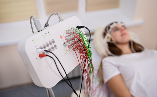 Hersentest door patiënten met behulp van encefalografie in medisch centrum
