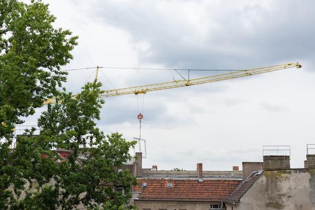 Herstel restauratiewerkzaamheden in een oud huis in berlijn, kraan met raamkozijn