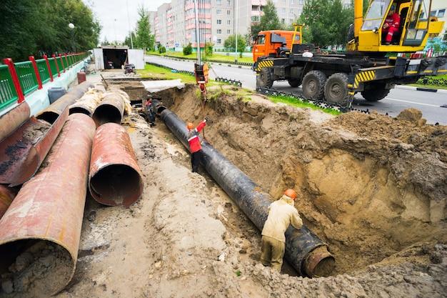 Herstel uitgraving om leidingen in de verwarmingsleiding te vervangen.
