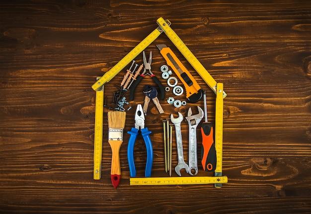 Herstel van een huis met gereedschap. selectieve aandacht. plan