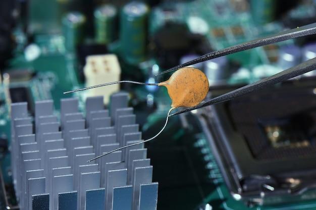 Herstellen van beschadigde elektronische componenten