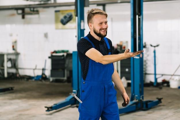 Hersteller die een werk glimlacht