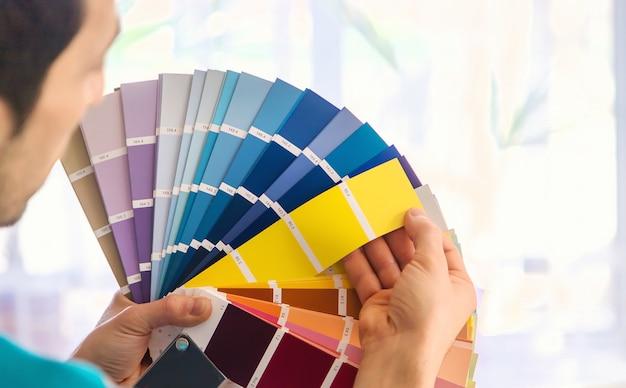 Herstelwerkzaamheden om de kleur van de verf op het palet te selecteren. selectieve aandacht. mensen.