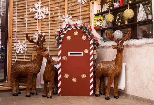 Hert en een brievenbus voor brieven aan de kerstman. vakantie concept
