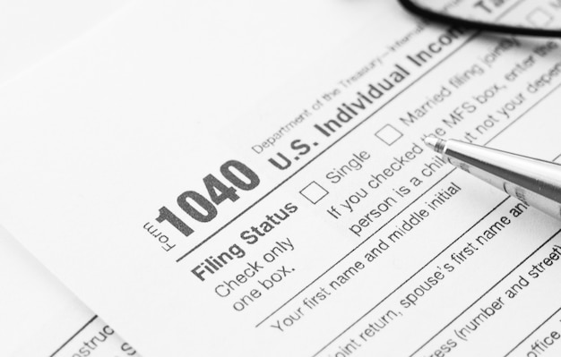 Het 1040-belastingformulier invullen. standaardformulier amerikaanse inkomstenbelasting.