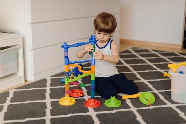 Het 3-jarige kind speelt alleen. autisme en misverstanden. concept van psychische problemen.