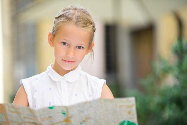 Het aanbiddelijke meisje geniet van italiaanse vakantievakantie in europa.
