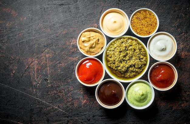 Het aanbod aan verschillende sauzen. op donkere rustieke tafel