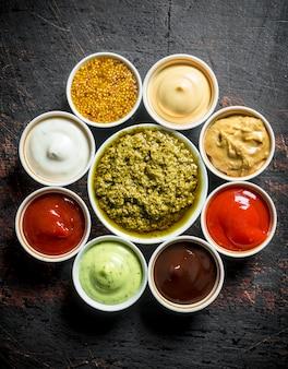 Het aanbod aan verschillende sauzen.