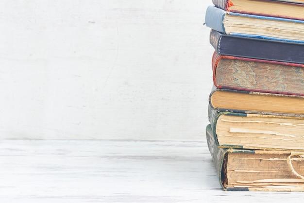 Het aantal boeken sluit omhoog op witte houten