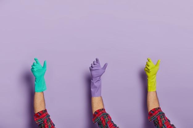 Het aantal mannelijke handen draagt beschermende rubberen handschoenen