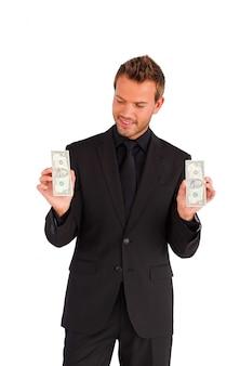 Het aantrekkelijke die geld van de zakenmanholding tegen witte achtergrond wordt geïsoleerd
