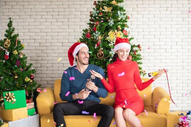 Het aantrekkelijke kaukasische paar liefde viert kerstmis in huis